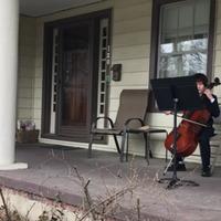 Így koncertezik karanténban két kis csellista a szomszéd néninek