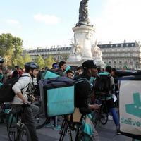 Párizsban tüntettek az ételkiszállító kerékpárosok