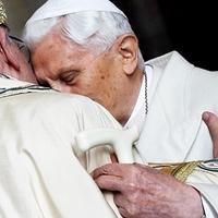 XVI. Benedek burkoltan kritizálta utódját – vagy nem