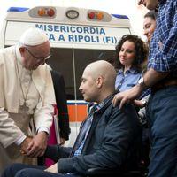 Mentőautóval Ferenc pápához
