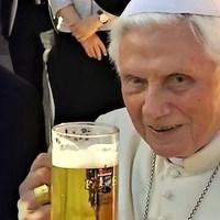 Sört készítettek az emeritus pápa tiszteletére