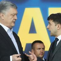 Egymás mellé térdelt Porosenko és Zelenszkij az elnökjelölti vitán