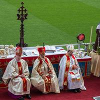 Püspökké szentelés a gólvonalon