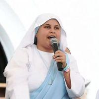 Rappelő nővér köszönti Ferenc pápát Kolumbiában