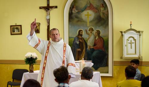 4 gyereke van, nem pap, de annak tekintik