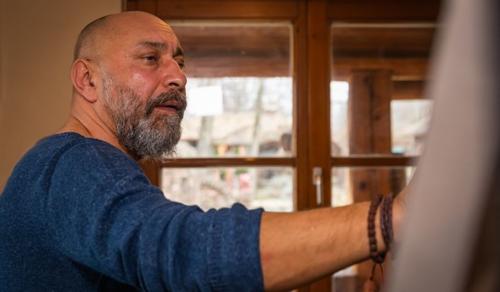 Rászorulóknak gyűjt egy roma művész