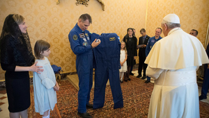 Föld körüli pályára állítanák Ferenc pápát?