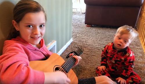 Szívmelengető videó a testvéri szeretetről