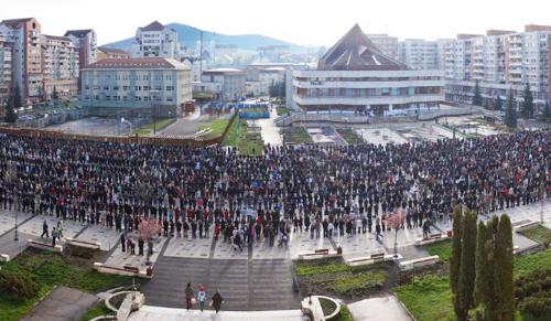 Ezres tömeg Csíkszereda főterén az ételszentelésen