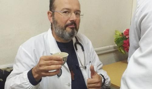 Fehér köpenyre cserélte a szószéket az orvosból lett pap