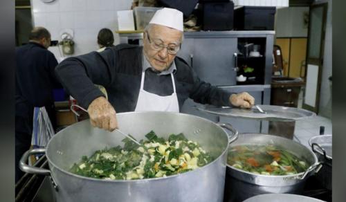 """A 90 éves """"szegények szakácsa"""" főz a Rómában élő rászorulóknak"""
