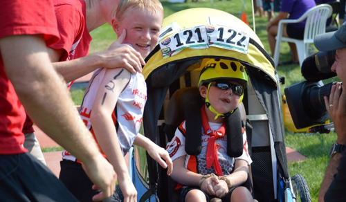 Mozgássérült öccsével indult triatlonozni egy 13 éves fiú