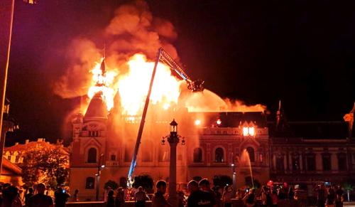Óriási tűz égette rommá a nagyváradi püspökséget (videóval)