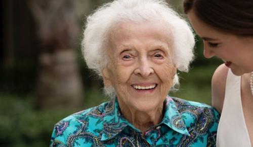 A menyasszony meglepte 102 éves nagymamáját, aki nem tudott jelen lenni az esküvőn
