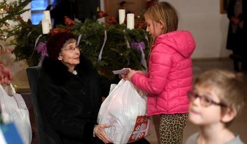 250 rászoruló gyermeknek adtak át névre szóló karácsonyi ajándékot