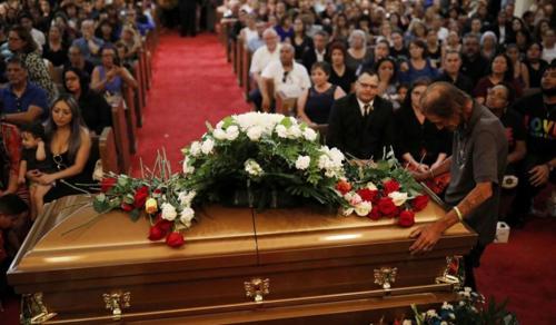 Nem hagyták egyedül gyászolni az El Pasó-i merénylet áldozatának férjét