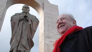 Győztek a helyiek – a francia településen maradhat a pápa szobra