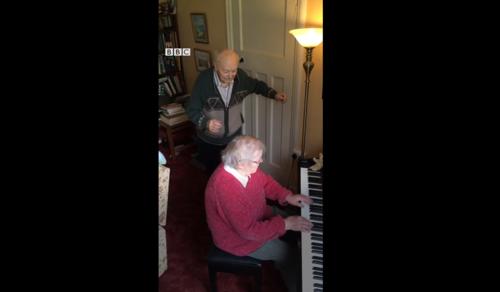 Így üti el az időt egy idős házaspár a karanténban