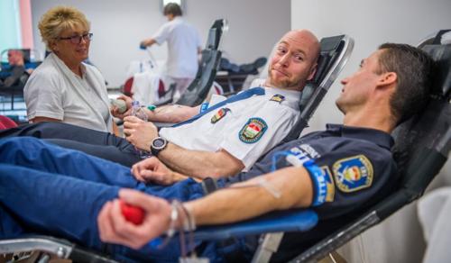 Vérüket adták rendőreink a gyermekekért