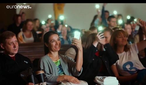 Mobiltelefonok fényével szavaztak egy orosz filmfesztiválon
