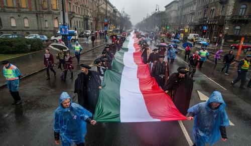 1848 zászlóvivőt keresnek az 1848 méteres zászlóhoz