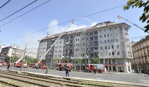 Lángokban állt egy hétemeletes ház teteje Ferencvárosban