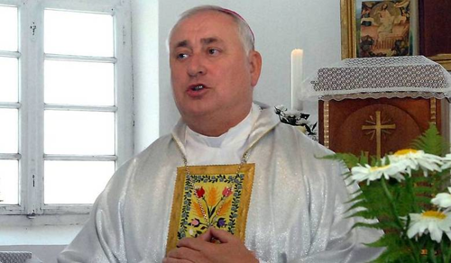 Nem tud járni, de kerekesszékben is misézik a tábori püspök