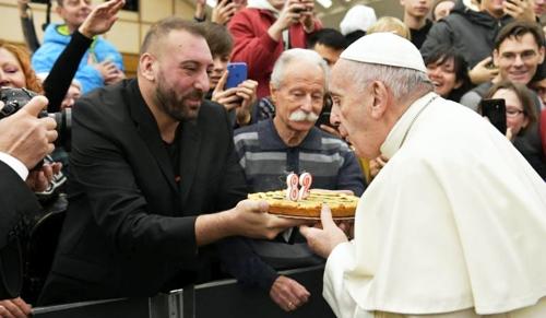 Az egész világon ünneplik a bárányszagú pápát