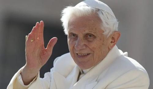 21 fotó a ma 93 éves XVI. Benedekről