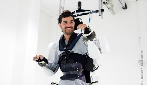 Gondolatvezérelt külső váz segítségével újra járt egy lebénult férfi