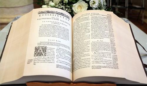 Bemutatták a Vizsolyi Biblia hasonmás kiadását