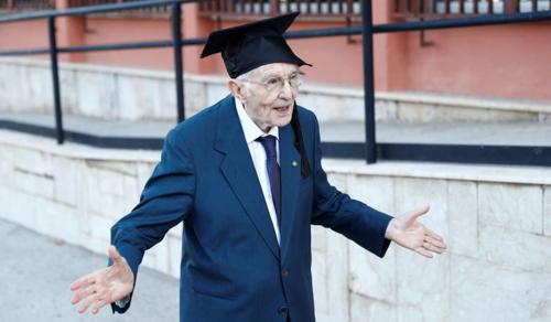 96 évesen lett friss diplomás a volt vasúti munkás