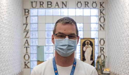 Oltárnál és betegágy mellett is szolgál Balázs András atya