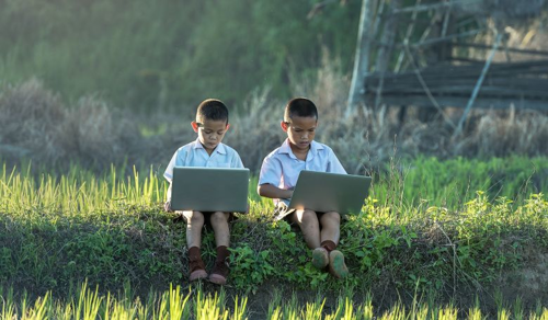 A teljes tiltás és a végtelen megengedés sem megoldás a gyermekek internethasználátánál