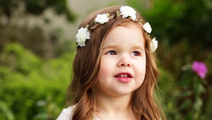 3 éves kislány énekel Jézus passiójáról
