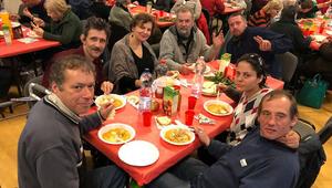 Hajléktalanok és menekültek közt karácsonyozott a pápai nagykövet Budapesten