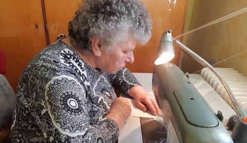 Szájmaszkot varr Kübekházán Marika néni