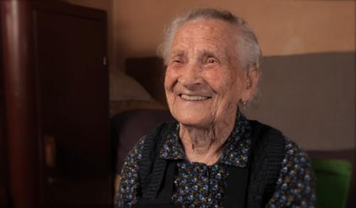 102 éves a néni, és még megkapálja a kertjét