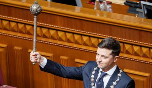 Zelenszkij letette az elnöki esküt, és bejelentette az ukrán parlament feloszlatását