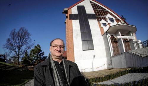 Hatalmas napelemes keresztet épített egy lengyel pap