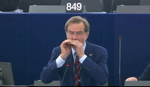Videó: szájharmonikájával adott nyomatékot szavainak az EP-képviselő