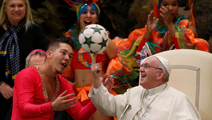 Így pörgeti Ferenc pápa a focilabdát!