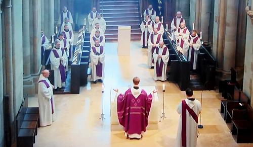Megforduló oltár, fohász az eladókért és takarítókért – karanténmisén