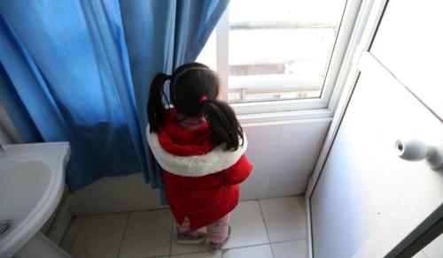 Egyedül maradt egy ötéves kislány Vuhanban