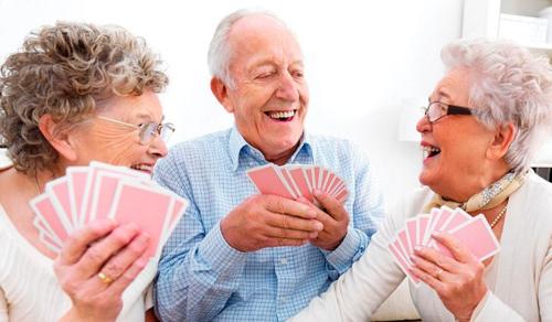 A rokonlátogatás nem, de a társasági élet megvéd az időskori elbutulástól