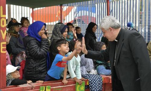Eurómilliókkal segíti a rászorulókat a Vatikán a számláik befizetésében