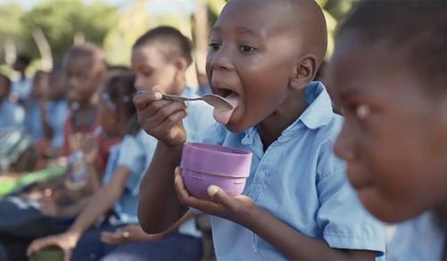 15000 gyermeket reggeliztet Lionel Messi