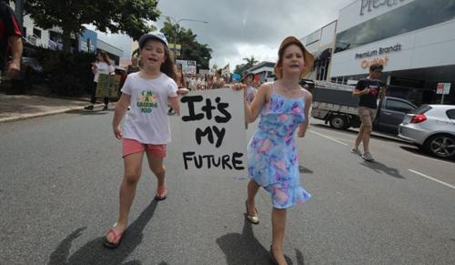 100 ország gyermekei tüntettek a Földünkért