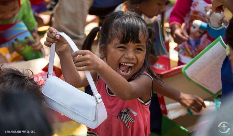 """""""Azt akarjuk, hogy minden gyermek tudja: Isten szereti őket"""" - útnak indult a nemzetközi cipősdoboz akció"""