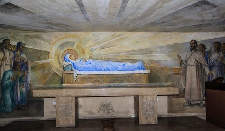 Negyvenkilenc apáca újratemetése Pécsett